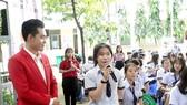 Học sinh Trường THPT Trần Văn Giàu (quận Bình Thạnh) đặt câu hỏi tại ngày hội tư vấn hướng nghiệp tổ chức giữa tháng 10-2020