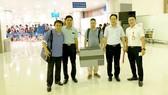 GS Phạm Như Hiệp (bìa trái) vận chuyển trái tim người hiến tặng bằng đường hàng không từ Hà Nội về Huế để ghép cho bệnh nhân Phạm Văn Cơ