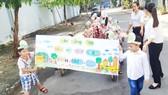 Cô và trò Trường Mầm non Tân Hưng tuyên truyền công tác bảo vệ môi trường