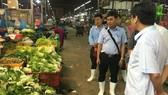 Hoạt động kinh doanh tại chợ đầu mối Bình Điền. Ảnh: THANH HẢI