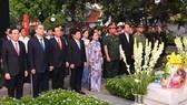 Lãnh đạo TPHCM dâng hương tưởng niệm cố Chủ tịch nước, Đại tướng Lê Đức Anh. Ảnh: VIỆT DŨNG