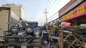 Ở TPHCM, không khó để bắt gặp các xe độ chế chở hàng cồng kềnh trên đường. Ảnh: Đức Trung