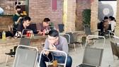 Tại quán cafe người dân không đeo khẩu trang