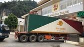Xe chở hàng hóa Việt Nam qua cửa khẩu với Trung Quốc