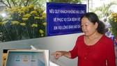 Người dân đánh giá chất lượng khám chữa bệnh tại kios khảo sát ý kiến tại BV Nhân dân 115. Ảnh: HOÀNG HÙNG