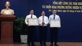 Thứ trưởng Thường trực Bộ Ngoại giao Bùi Thanh Sơn trao tặng bằng khen của Bộ Ngoại giao cho 2 tập thể. Ảnh: VOH