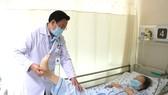 Bác sĩ thăm khám, điều trị cho bệnh nhân bị chấn thương phần mềm