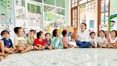 Cô giáo Hồ Lê Hồng Thủy đã thuyết phục được các phụ huynh cho con em mình trở lại lớp học sau vụ sạt lở. Ảnh: NGUYỄN CƯỜNG