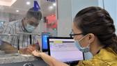 Người dân đăng ký khám chữa bệnh với app tích hợp tại BV Quận 7