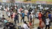 Hành khách mua vé tại Bến xe Miền Đông. Ảnh: ĐÌNH LÝ