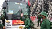 Chiến sĩ mới tại TP Đà Nẵng tạm biệt người thân để về đơn vị đóng quân. Ảnh: NGUYỄN CƯỜNG