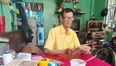 """Ông Võ Văn Rạng hành nghề """"chữa bệnh"""" cho sách cũ"""