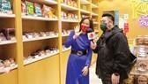 Cô Kim Yoon-sun, người Hàn Quốc sống tại Hong Kong, thành viên của HKSF, giới thiệu hiệu bánh truyền thống Yiu Fungthông qua chương trình thực tế ảo phát trong dịp Tết Nguyên đán 2021