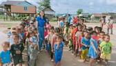 Cô giáo Loan thực hiện chương trình Tiếp sức cho trẻ đến trường  ở thôn Plei Trớ, xã Chư A Thai (tháng 8-2020)
