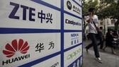 Tên các công ty ZTE và Huawei trên một tấm biển chỉ dẫn. Ảnh: REUTERS