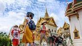Du khách tham quan Hoàng cung ở Bangkok, Thái Lan. Ảnh: AFP/TTXVN