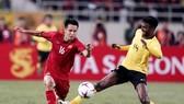 Tiền vệ Đỗ Hùng Dũng (trái) giữ vị trí quan trọng trong lối chơi của Đội tuyển Việt Nam. Ảnh: DŨNG PHƯƠNG