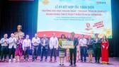 Tại lễ ký kết, bà Nguyễn Đoàn Duy Ái - Phó Tổng Giám đốc HDBank, đại diện Ban lãnh đạo HDBank đã trao tặng 30 triệu đồng vào Quỹ học bổng của nhà trường