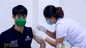 Tiêm vaccine phòng Covid-19 tại Lào. Ảnh: TTXVN