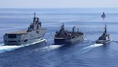 Tàu chiến Pháp và Australia diễn tập tiếp dầu trên Biển Đông hôm 17-4. Ảnh: Hải quân Australia