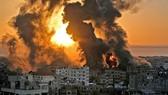 Khói lửa bốc lên sau loạt không kích của Israel xuống thị trấn Khan Yunis ở Dải Gaza ngày 12-5. Ảnh: AFP/TTXVN