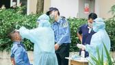 Nhân viên y tế lấy mẫu xét nghiệm cư dân chung cư Sunview Town, phường Hiệp Bình Phước, TP Thủ Đức. Ảnh: GIA NHI