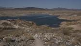 Một hồ nước gần Las Vegas, bang Nevada, Mỹ gần khô cạn do nắng nóng kéo dài, ngày 10-6-2021. Ảnh: AFP/TTXVN