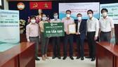 """Tập đoàn Tân Long trao bảng tượng trưng ủng hộ 110 tấn gạo cho chương trình """"Xe gạo nghĩa tình"""" của Báo SGGP"""