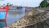 """Những khối đá hộc dưới chân kè và lòng sông tạo thành các """"bẫy"""" đối với tàu thuyền neo đậu tại âu thuyền cửa sông Lý (xã Quảng Thạch, huyện Quảng Xương, Thanh Hóa). Ảnh: DUY CƯỜNG"""
