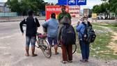 4 mẹ con bà Hương tại chốt kiểm soát ở tỉnh Ninh Thuận khi họ đạp xe được gần 300 cây số. Ảnh: Công an huyện Ninh Phước