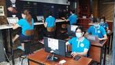 Các tình nguyện viên tiếp nhận thông tin cho chương trình  ATM nhà trọ và ATM việc làm cộng đồng