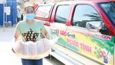 Người dân hẻm 54 Hồ Học Lãm, phường 16 (quận 8) nhận gạo hỗ trợ từ Báo SGGP. Ảnh: DŨNG PHƯƠNG