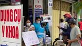 Mua bán dụng cụ y khoa tại cửa hàng trên đường Thuận Kiều, quận 5. Ảnh: CAO THĂNG