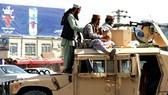 Các tay súng Taliban đứng gác trước sân bay quốc tế Hamid Karzai, ở thủ đô Kabul, Afghanistan