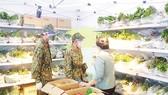 Bộ đội và dân quân đi chợ giúp dân ở phường Cô Giang, quận 1. Ảnh: LẠC PHONG