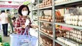 Cán bộ phường đến cửa hàng không lợi nhuận của quận 5 để mua đồ cho người dân. Ảnh: HOÀNG HÙNG