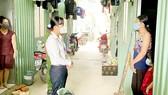 Bí thư Đảng ủy phường Phú Hữu Nguyễn Thị Phương Hiệp thăm hỏi người dân tại dãy nhà trọ thuộc khu phố 2, phường Phú Hữu, TP Thủ Đức (TPHCM). Ảnh: HOÀNG HÙNG