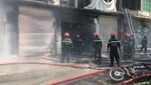 Phá rào, mở đường để xe chữa cháy tiếp cận hiện trường