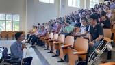 Thầy giáo Đặng Hoàng An chia sẻ với các sinh viên (Ảnh chụp trong những ngày dịch chưa bùng phát trong cộng đồng)