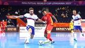Quả bóng vàng futsal Việt Nam 2020 Nguyễn Minh Trí (giữa) trong trận đấu gặp tuyển Nga. Ảnh: THANH QUỐC