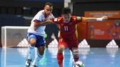 Đội trưởng Văn Vũ trước tình huống áp sát  từ cầu thủ Nga tại futsal World Cup 2021