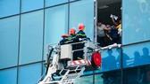 Lực lượng PCCC giải cứu người dân ở các chung cư cao tầng khi xảy ra sự cố hỏa hoạn