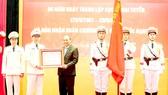 Chủ tịch nước Nguyễn Xuân Phúc trao Huân chương Bảo vệ Tổ quốc hạng nhì tặng Cục Ngoại tuyến, Bộ Công an. Ảnh: TTXVN