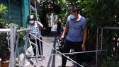 Lực lượng tháo gỡ các thanh rào chắn bằng sắt ở phường 9, quận Phú Nhuận. Ảnh: DŨNG PHƯƠNG