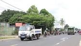 Lực lượng CSGT tỉnh Đắk Lắk hộ tống đoàn người đến nơi tập trung để thực hiện xét nghiệm
