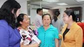 Phó Bí thư Thành ủy TPHCM Võ Thị Dung (bìa phải) thăm hỏi kiều bào tại tỉnh Quảng Tây, Tryun