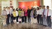 Các thành viên trong đoàn chụp hình lưu niệm tại Bảo tàng Lịch sử cách mạng Quảng Đông
