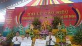 Đại diện Ủy ban Trung ương MTTQ Việt Nam và Ủy ban ATGTQG trao tặng tiền xây dựng nhà tình thương cho 2 gia đình có người thân tử nạn do TNGT