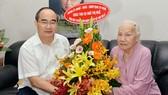 Bí thư Thành uỷ TPHCM Nguyễn Thiện Nhân tặng hoa chúc thọ cụ Ngô Thị Huệ. Ảnh: VIỆT DŨNG