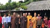 Đoàn đến thăm hỏi một hộ dân ở huyện Mường Tè (tỉnh Lai Châu)